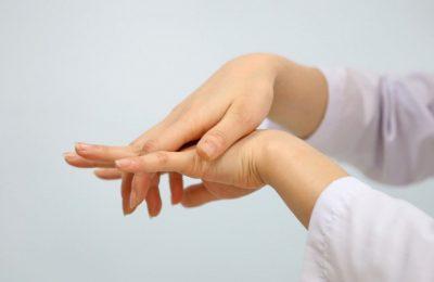 triệu chứng tê tay khi ngủ