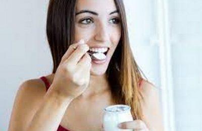 ăn sữa chua giảm đau bụng kinh